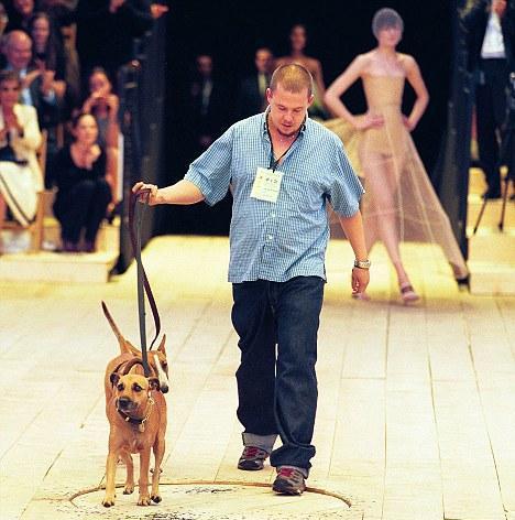 Cainii lui Alexander McQueen, cu $80.000 mai bogati
