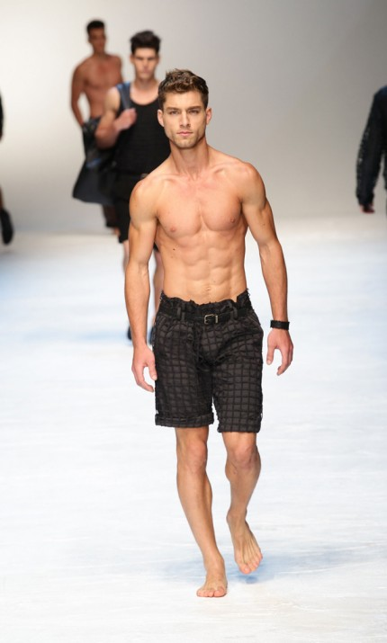 Bermude pentru barbati si pantaloni cu plasa de la Dolce&Gabbana