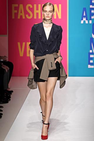 Trend de vara 2011. Bluze cu volane by Donna Karan