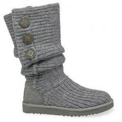 Street fashion, calcat in picioare de cizme tricotate