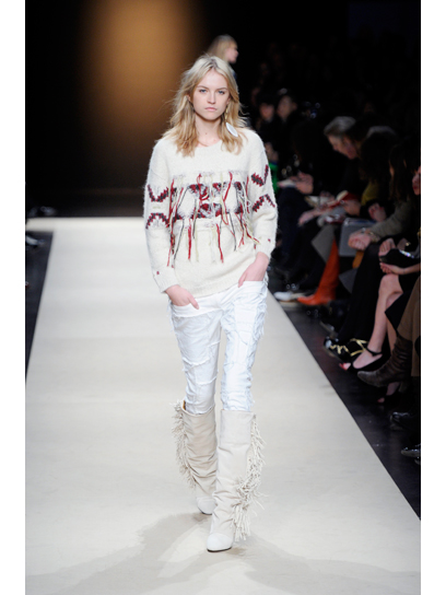 Puloverul alb tricotat sau avanpremiera iernii pe runway