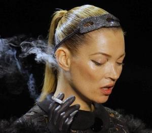 """Kate Moss, """"prinsa"""" cu tigara pe catwalk"""