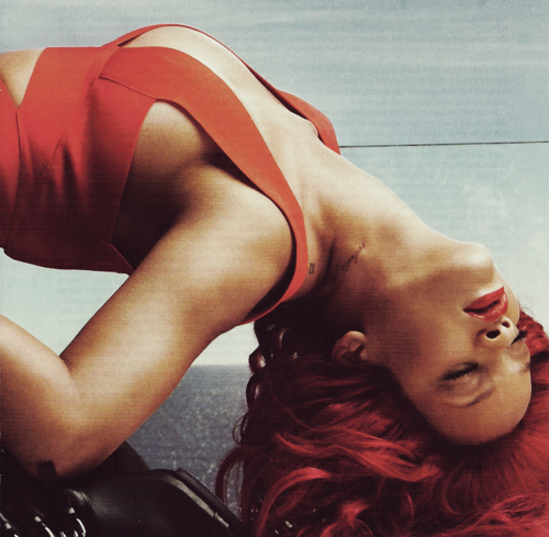 Rihanna isi flutura coama roscata. Acum si in revista Vogue