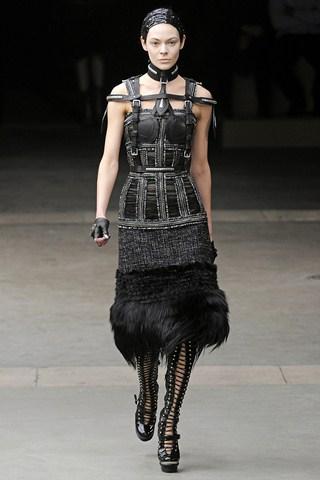 Moda pentru femei-eroine. Jeanne D'Arc poposeste pe catwalk