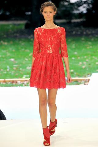 Editor's pick: rochia rosie din dantela