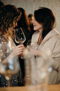 femei tinere care beau vin