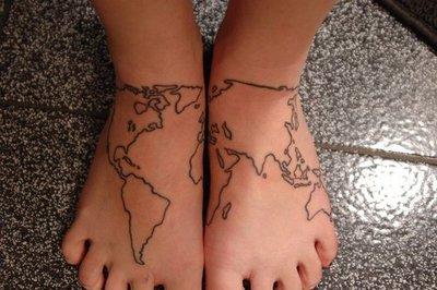 Se poarta tatuajele cu harti